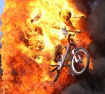 Пастор-сорвиголова прыгает через огонь